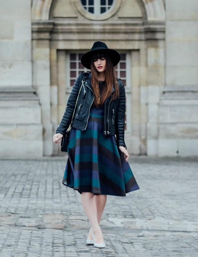 3. printed dress with leather jacket and hat Izgledajte ŠIK kao dame sa ulica Pariza