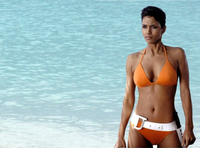 halle berry bond1 Kako su se modeli kupaćih kostima MENJALI tokom decenija