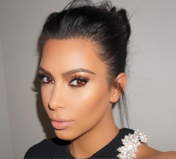 kim naslovna Kim Kardašijan nas uči kako da primenimo STROBING tehniku šminkanja (VIDEO)