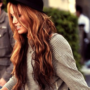 miley cirus long hair brunette perfct hair curl beach waves gold streaks Kviz: Koja boja kose je za tebe?