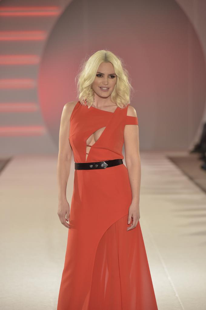 Ana Bebić nosi model Tijane Žunić 2 Svečano otvaranje 39. BlacknEasy Fashion Week a humanitarnom revijom