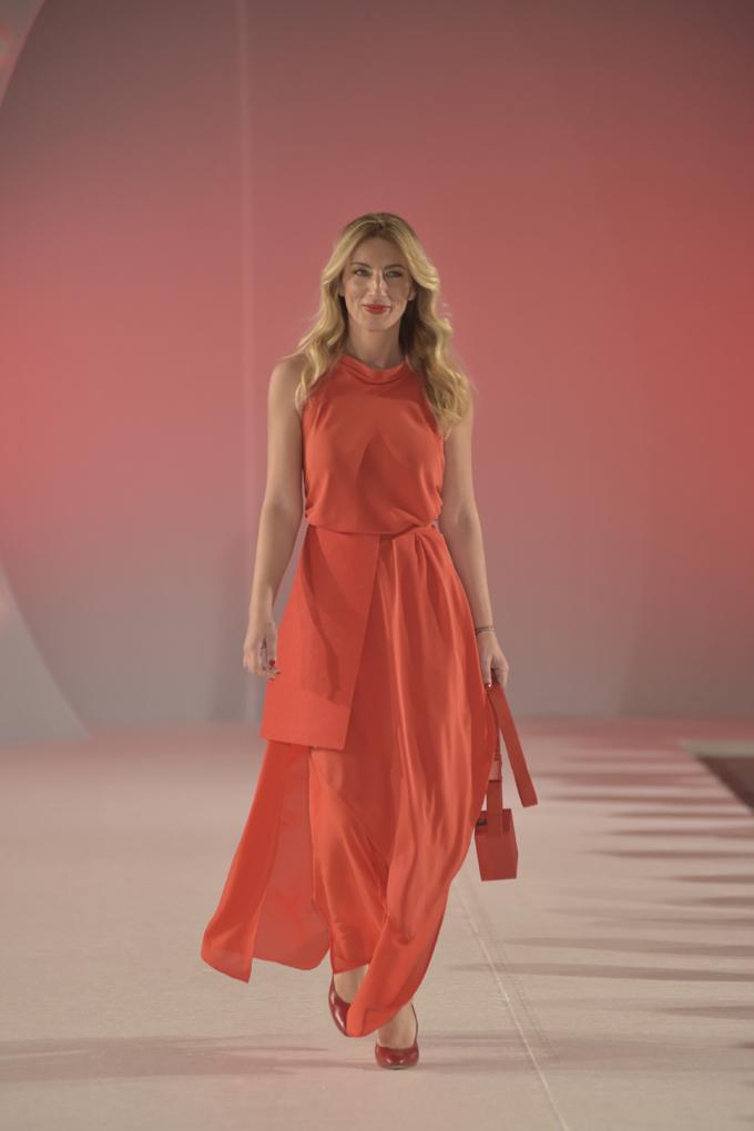 Ana Stanić nosi model Sonja Jocić Svečano otvaranje 39. BlacknEasy Fashion Week a humanitarnom revijom
