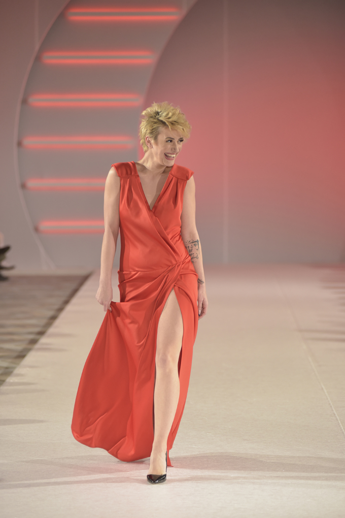 Dušica Jakovljević nosi model Suzana Perić Svečano otvaranje 39. BlacknEasy Fashion Week a humanitarnom revijom