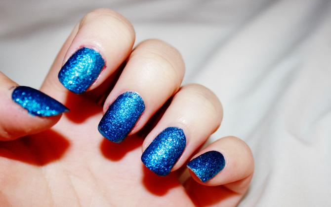 Gliter plavi Trendi boje lakova za nokte koje TREBA da isprobate odmah
