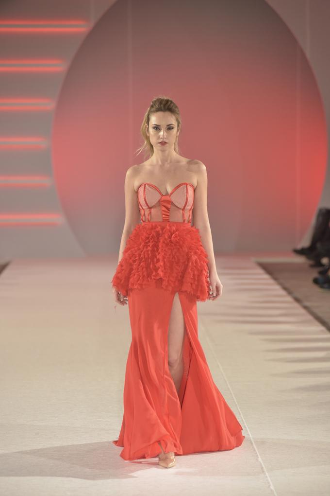 Lea Davogić nosi model Marka Marusijuka Svečano otvaranje 39. BlacknEasy Fashion Week a humanitarnom revijom