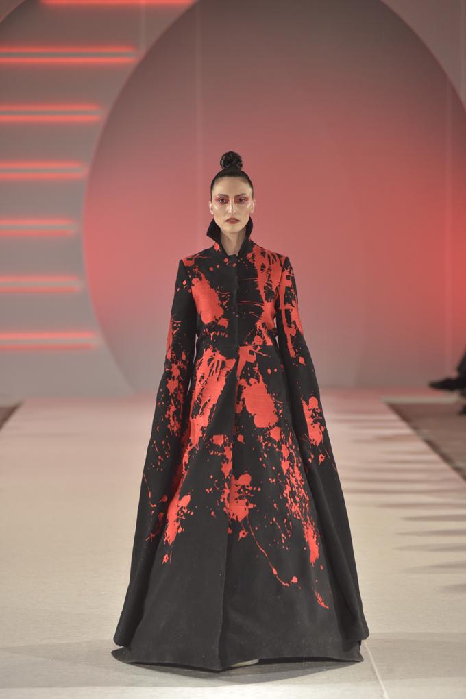 Mina Kitic nosi model Marka Mitanovskog Svečano otvaranje 39. BlacknEasy Fashion Week a humanitarnom revijom