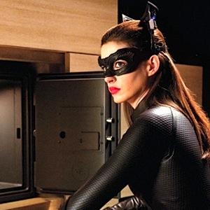 hathaway catwoman dark knight 300 Kviz: Koju haljinu treba da nosiš ove sezone?