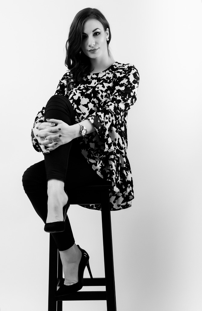 151222 Milena BS prekrstene noge BW JPG1 Intervju: Milena Čvorović, modni dizajner, kostimograf i profesor na Univerzitetu Metropolitan