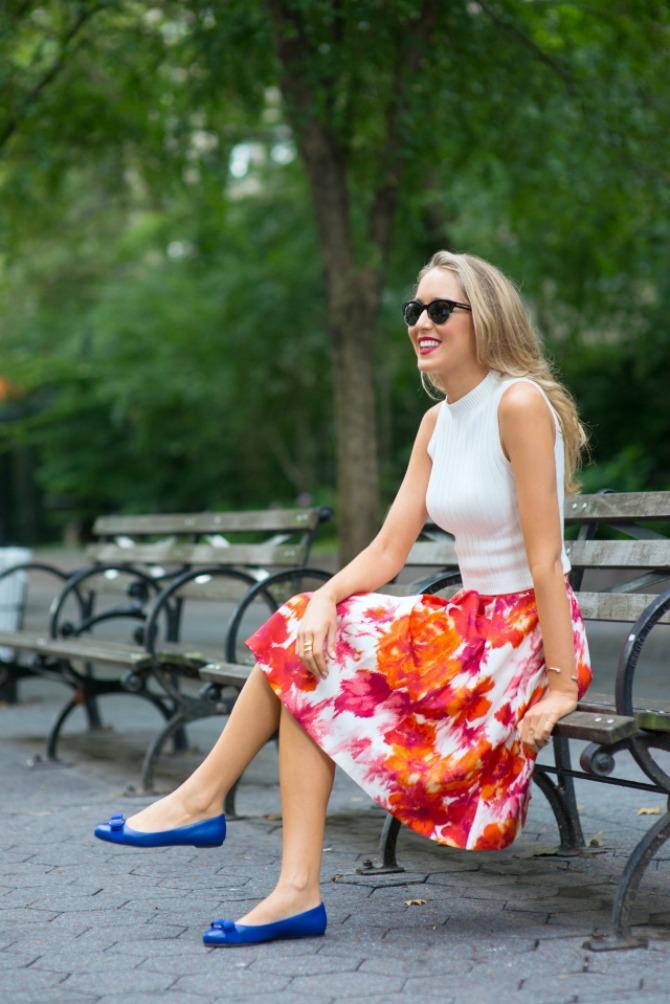 3. cobalt blue ballet flats with floral skirt and white top Najbolji načini da nosite BALETANKE ovog proleća