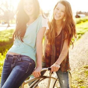 mood girl girlfriend friend nature grass green road trail bike fun positive happy smile laugh the sun 69953 300x300 Kviz: Koja Bijonsina pesma te NAJBOLJE opisuje?