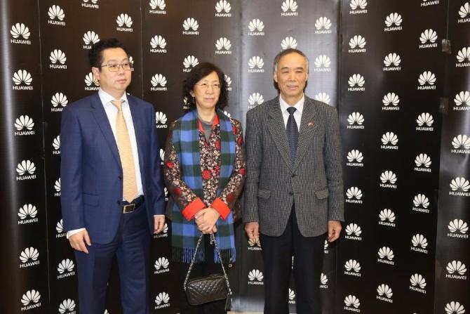 Generalni direktor kompanije Huawei Jack Wei sa ambasadorom NR Kine Li Manchang i njegovorm suprugom Zavirite u futurističku Huawei oazu
