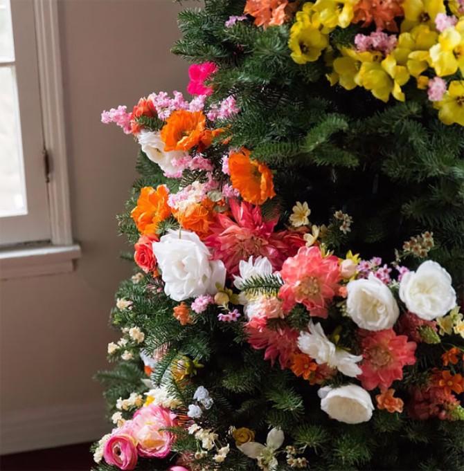 jelka3 Cveće kao ukras za novogodišnju jelku