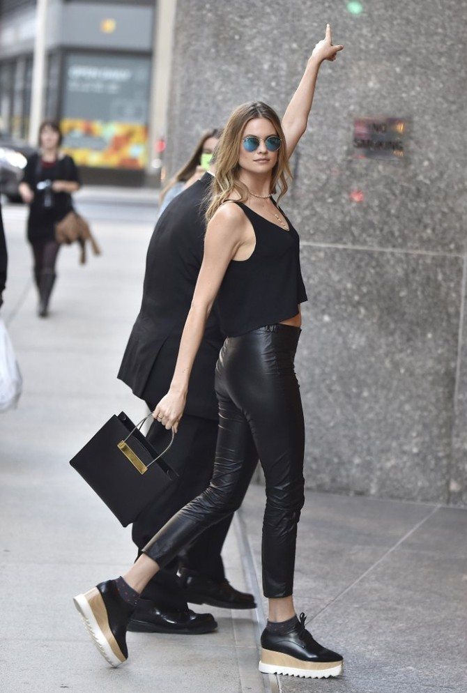 Behati Prinsloo wearing Richer Poorer socks Stella McCartney Najbolje street style kombinacije Viktorijinih anđela