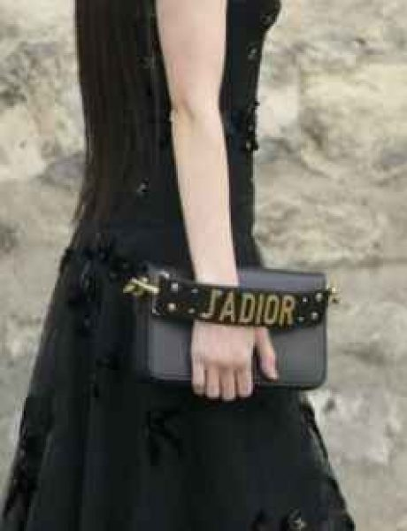 Devojke više ne nose clutch torbe kao nekad – pravila su se izmenila