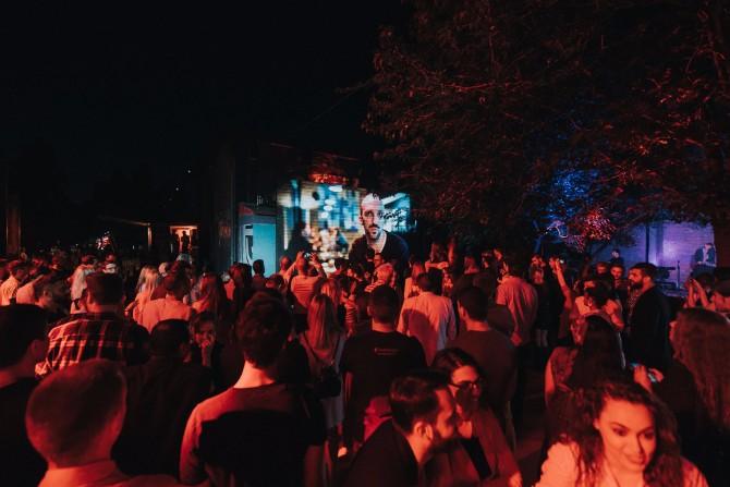 Atmosfera na događaju u staroj ciglani Coca Cola predstavila ograničenu seriju dizajniranih flašica inspirisanih vrlinama ljudi u srbiji