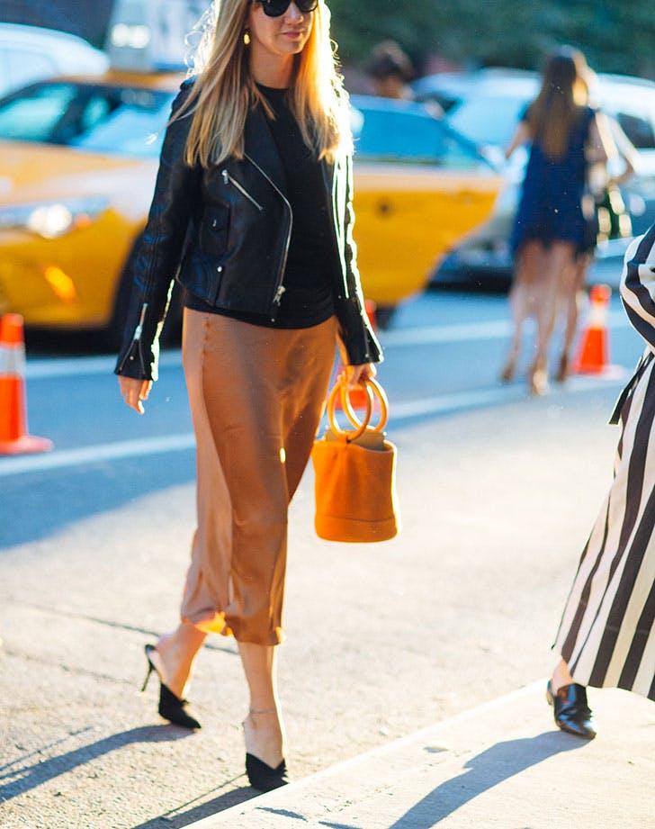 kožna jakna svilena suknja 8 načina da nosiš kožnu jaknu kao Njujorčanka