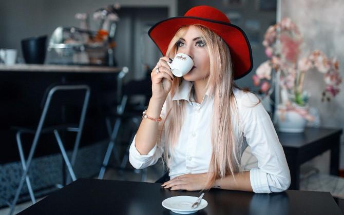 zena pije caj Koristi crnog čaja za koje nisi znala