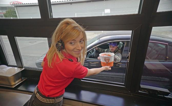 Andjelka Prpic iznenadila kupce u KFC drive thru restoranu 2 Iznenađenje u KFC drive thru restoranu