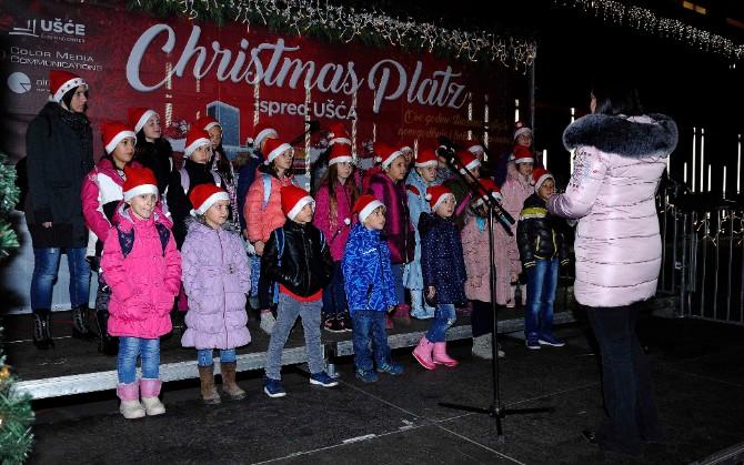 Muzički nastup na Christmas Platzu Praznična euforija na Christmas Platzu ispred Ušća