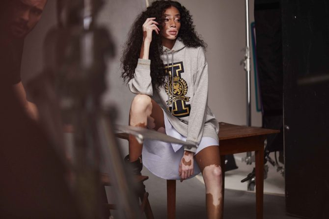 Winnie Harlow Tommy Icons Sweater BTS Fall 18 Low Res e1529327680100 Tommy Hilfiger predstavio Hailey Baldwin i Winnie Harlow kao globalne brend ambasadorke za jesenju žensku kolekciju