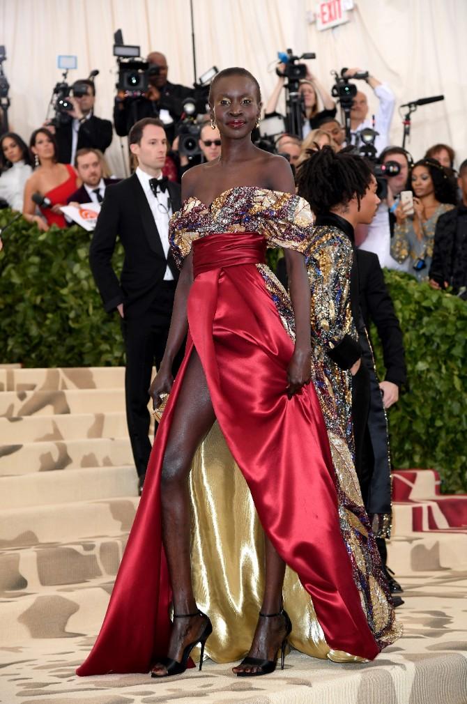 alek wek wears hm met gala 2018 1 H&M na Met Gala svečanosti: unikatne haljine za najvažnije modno veče