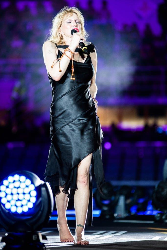 COURTNEY LOVE ON STAGE IN DIESEL CUSTOMIZED DRESS 01 DIESEL voli Courtney Love
