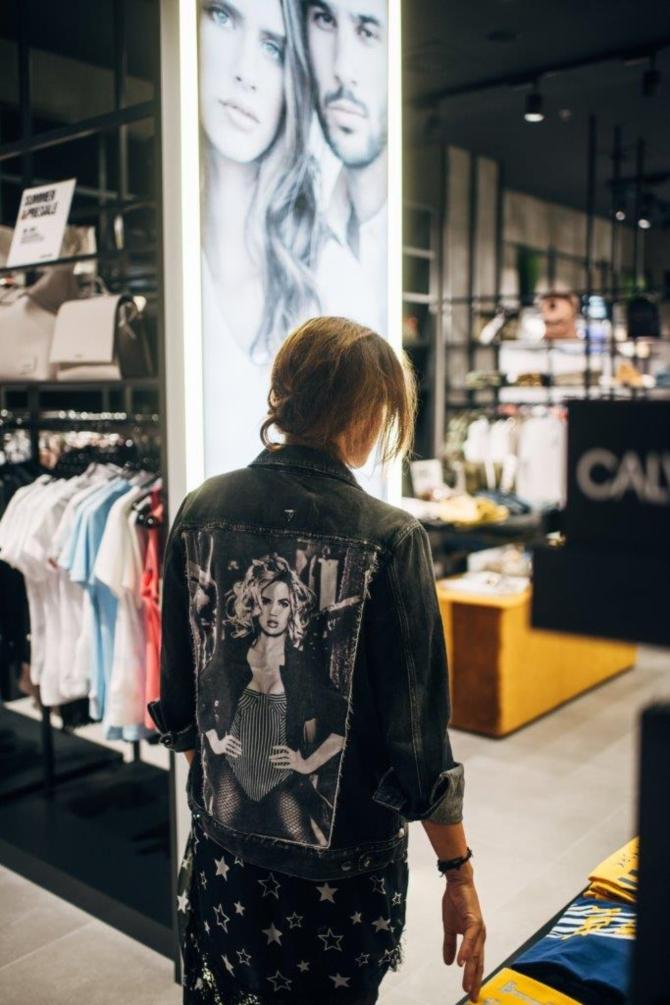 Simpatična zadarska pevačica Natali Dizdar posetila je novootvoreni FashionFriends store u Zadru i uživala u letnjem šopingu 3 Simpatična zadarska pevačica Natali Dizdar posetila je novootvoreni Fashion&Friends store u Zadru i uživala u letnjem šopingu