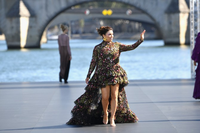 LOREAL Classic LeSegretain Eva Longoria Crédit Getty Images LE DÉFILÉ LORÉAL PARIS: Prva modna revija na reci Seni, otvorena za sve!