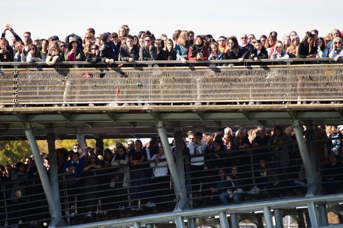 Public Reaction VIEW FROM BOAT Ghnassia 08 Crédit Getty Images LE DÉFILÉ LORÉAL PARIS: Prva modna revija na reci Seni, otvorena za sve!