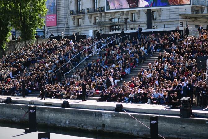 Public Reaction VIEW FROM BOAT Ghnassia Crédit Getty Images LE DÉFILÉ LORÉAL PARIS: Prva modna revija na reci Seni, otvorena za sve!