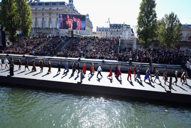 Runway VIEW FROM BOAT Ghnassia 07 Crédit Getty Images LE DÉFILÉ LORÉAL PARIS: Prva modna revija na reci Seni, otvorena za sve!