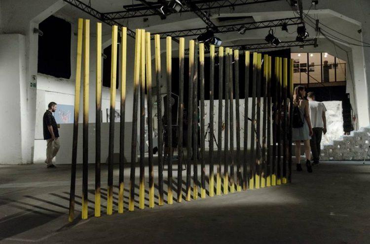 fenceinstallation2x4menamelonwood2016 e1557915572500 Vikend preporuka: Izložba koja će ti otkriti novo značenje i namenu svakodnevnih predmeta