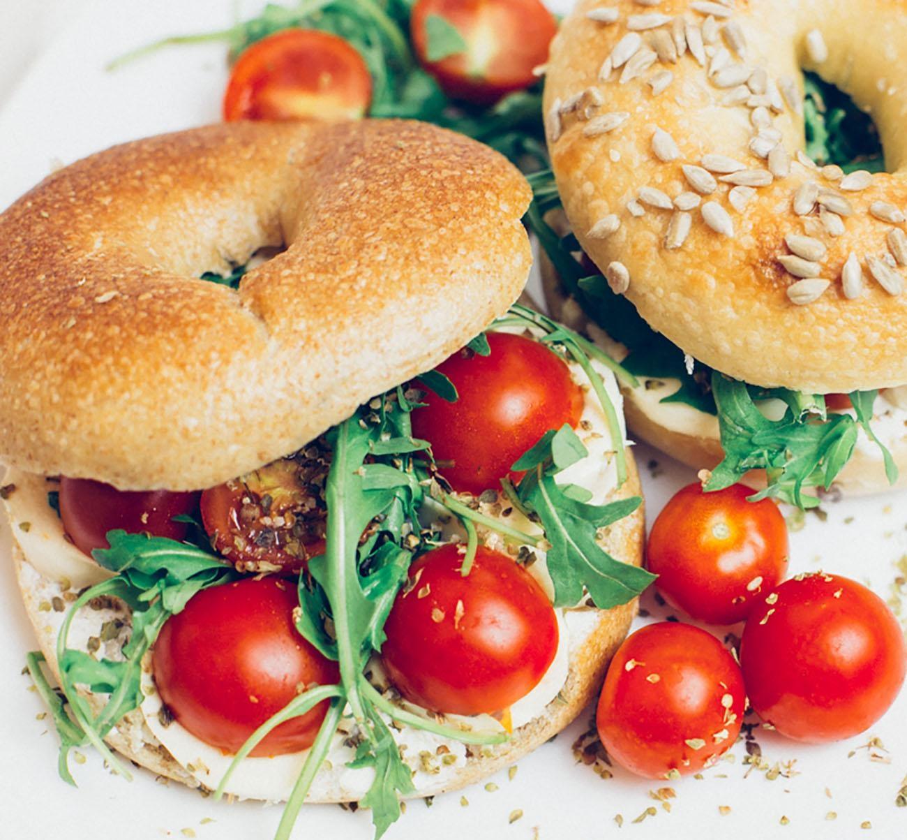 šta jedemo danas 1 Šta jedemo danas: Mediteranski integralni caprese bejgl sendvič i egzotični detox čaj!