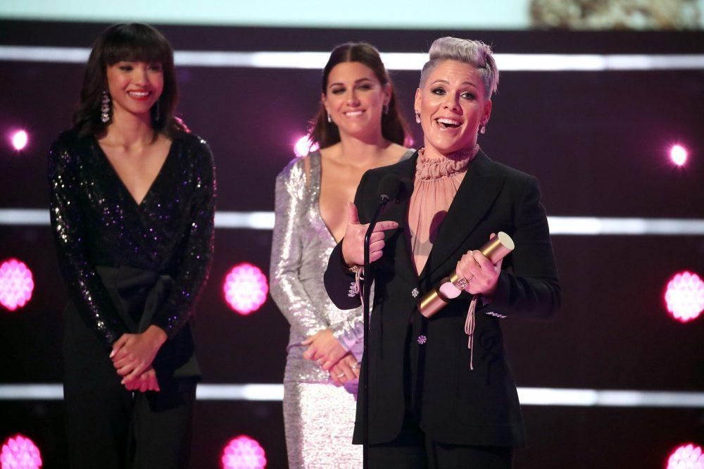 Photo by Christopher Polk E Entertainment NBCU Pink e1573638251899 Kompletna lista dobitnika nagrada E! Peoples Choice Awards 2019.