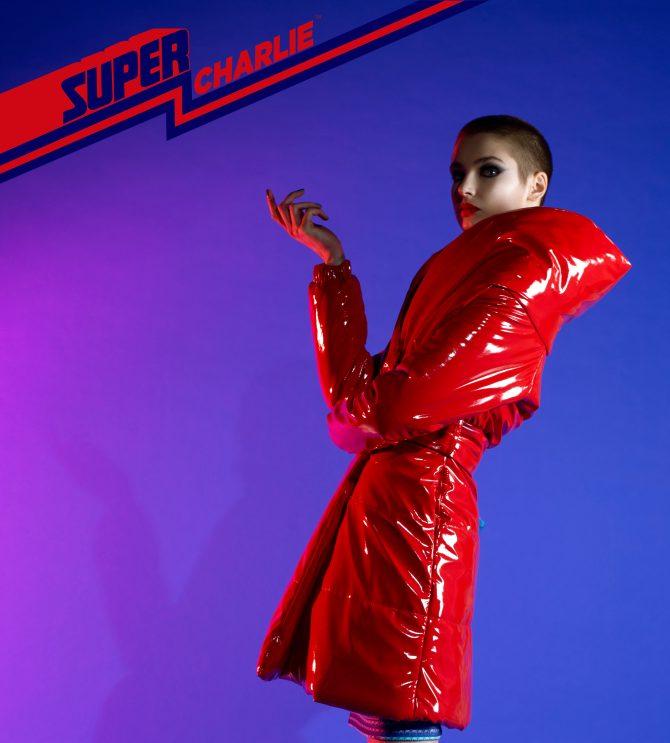 red coat tatjana ostojic super charlie e1583934659233 Tatjana Ostojić: Super Charlie može biti bilo ko. A donosi nam puno boja, oblika i odlučan stav.