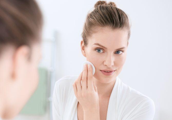 ECN 17409 DermoPure woman cleans face PR 4c Print 300 dpi e1589206099458 Saveti za negu problematične kože koji stvarno rade