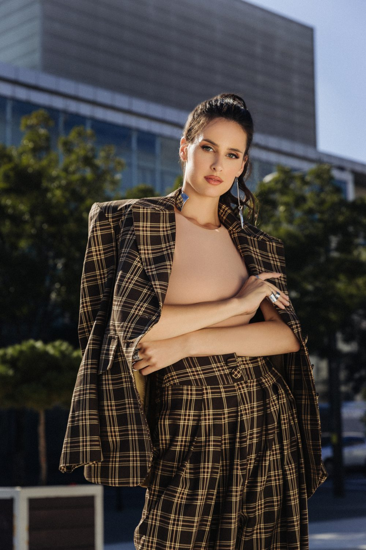 MARIA CHANY 1 e1602846827148 Rukavi naglašenih ramena su u trendu   a evo i kako da ih nosiš!