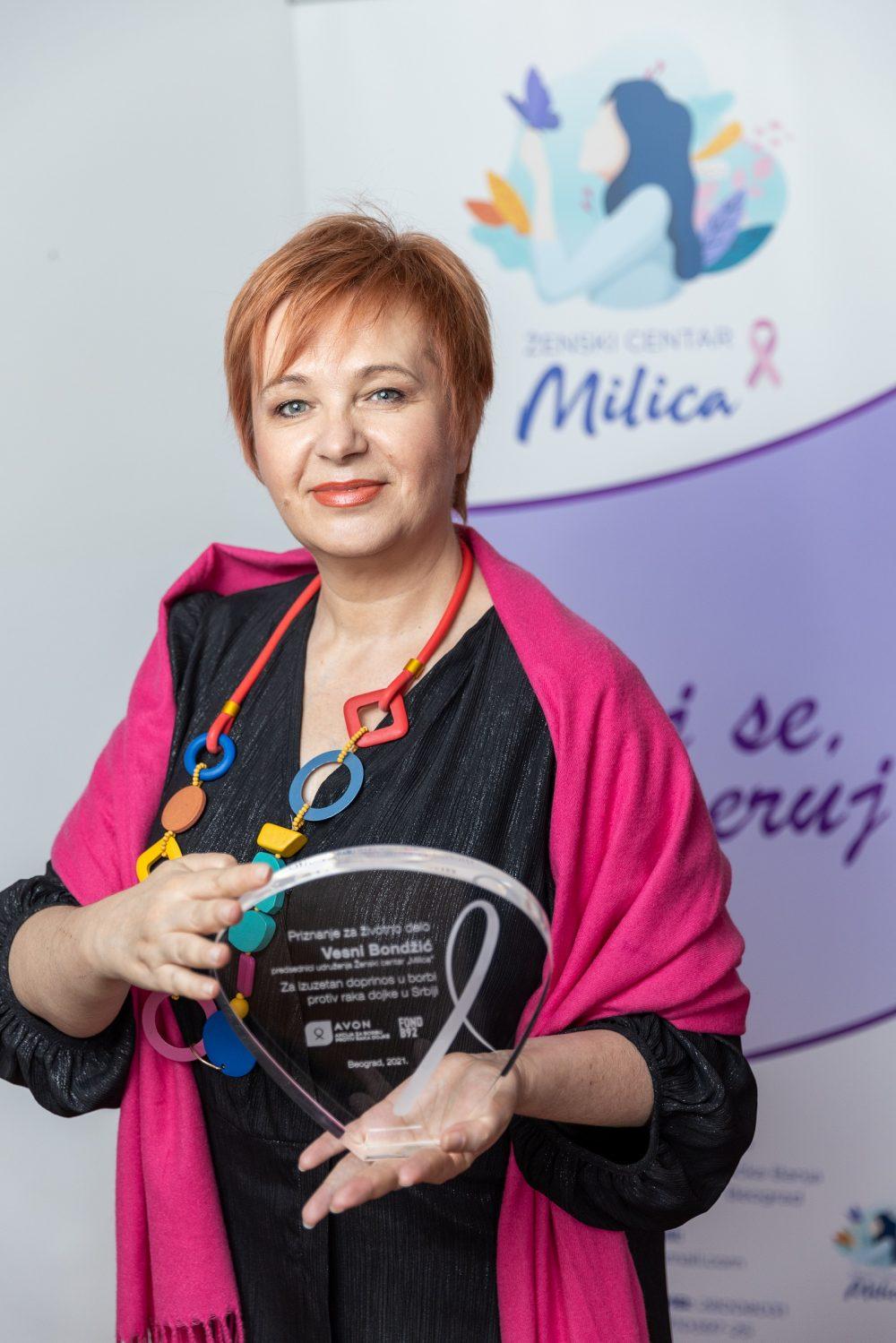 Priznanje za izuzetan doprinos u borbi protiv raka dojke uruceno Vesni Bondzic 2 autor Marko Risovic e1616163731206 Podrška ženama u borbi protiv raka dojke tokom pandemije