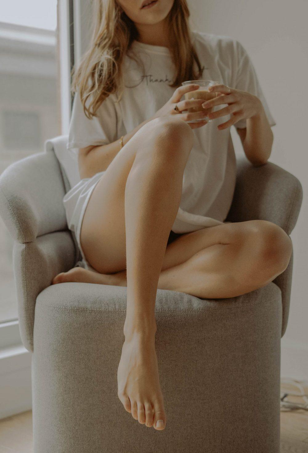mathilde langevin sopWU9TExmk unsplash scaled e1616511366255 Zašto vam je koža na stopalima suva i kako da je učinite mekom i hidriranom