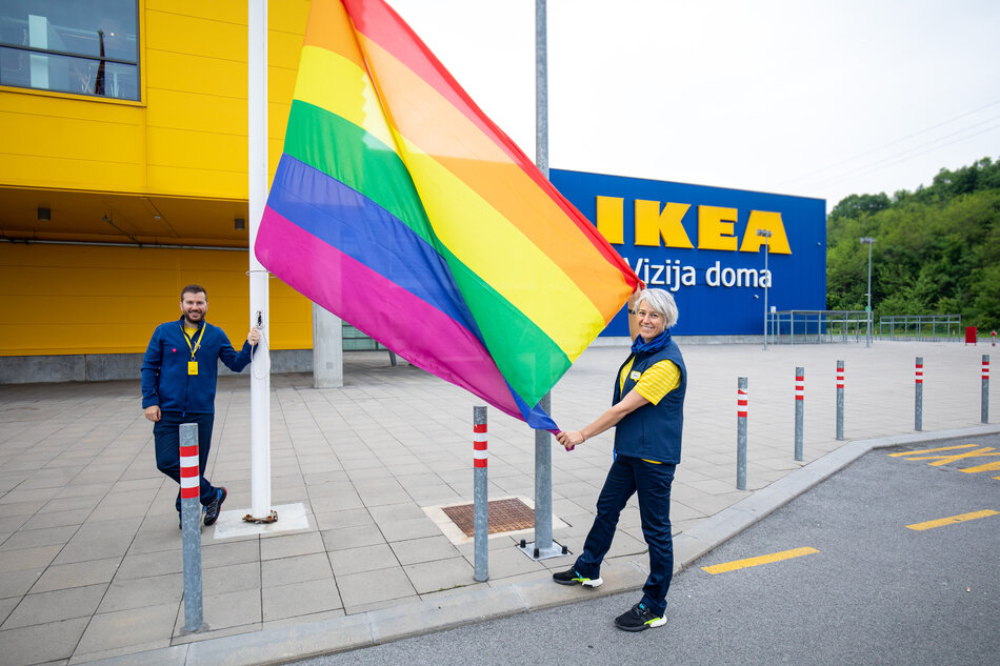 """Sara Del Fabbro i Strahinja Urosevic 2 1 U znak podrške LGBT+ pravima, IKEA Srbija podigla zastavu duginih boja i pokrenula kampanju """"Ljubav živi i izvan četiri zida"""