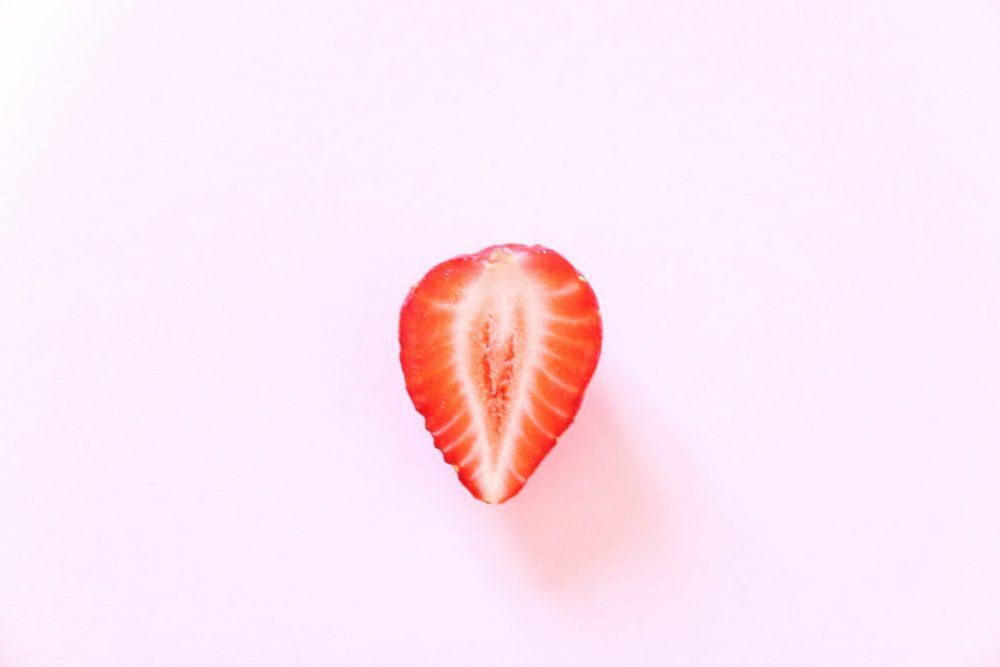 dainis graveris xyzgMEglxng unsplash scaled e1621851181517 Sezona jagoda je počela   a ovo su prednosti jagoda u nezi kože