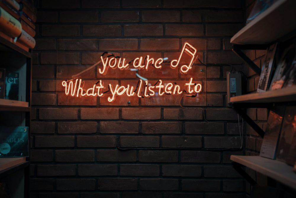 mohammad metri 1oKxSKSOowE unsplash scaled e1620389071381 Kako pravite plejliste i da li stalno slušate istu pesmu: Otkrijte koji ste tip muzičkog fana