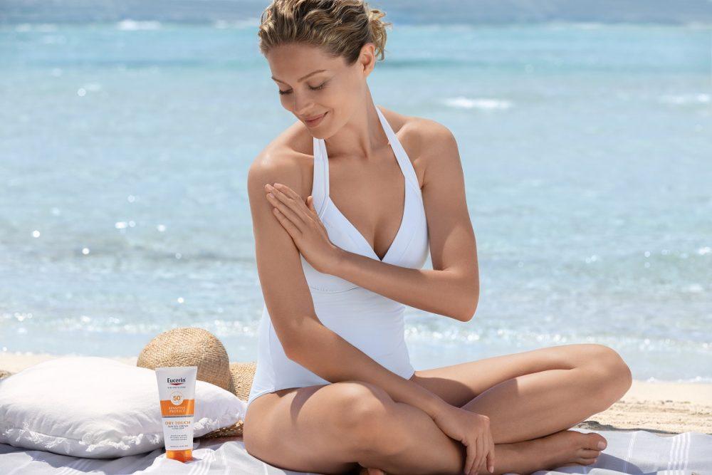 ECN 19602 Sun Dry Touch woman with PS 1 PR CMYK Print e1624297598378 Eucerin® dermatološka nega i zaštita od sunca   štiti vašu kožu, čuva našu planetu