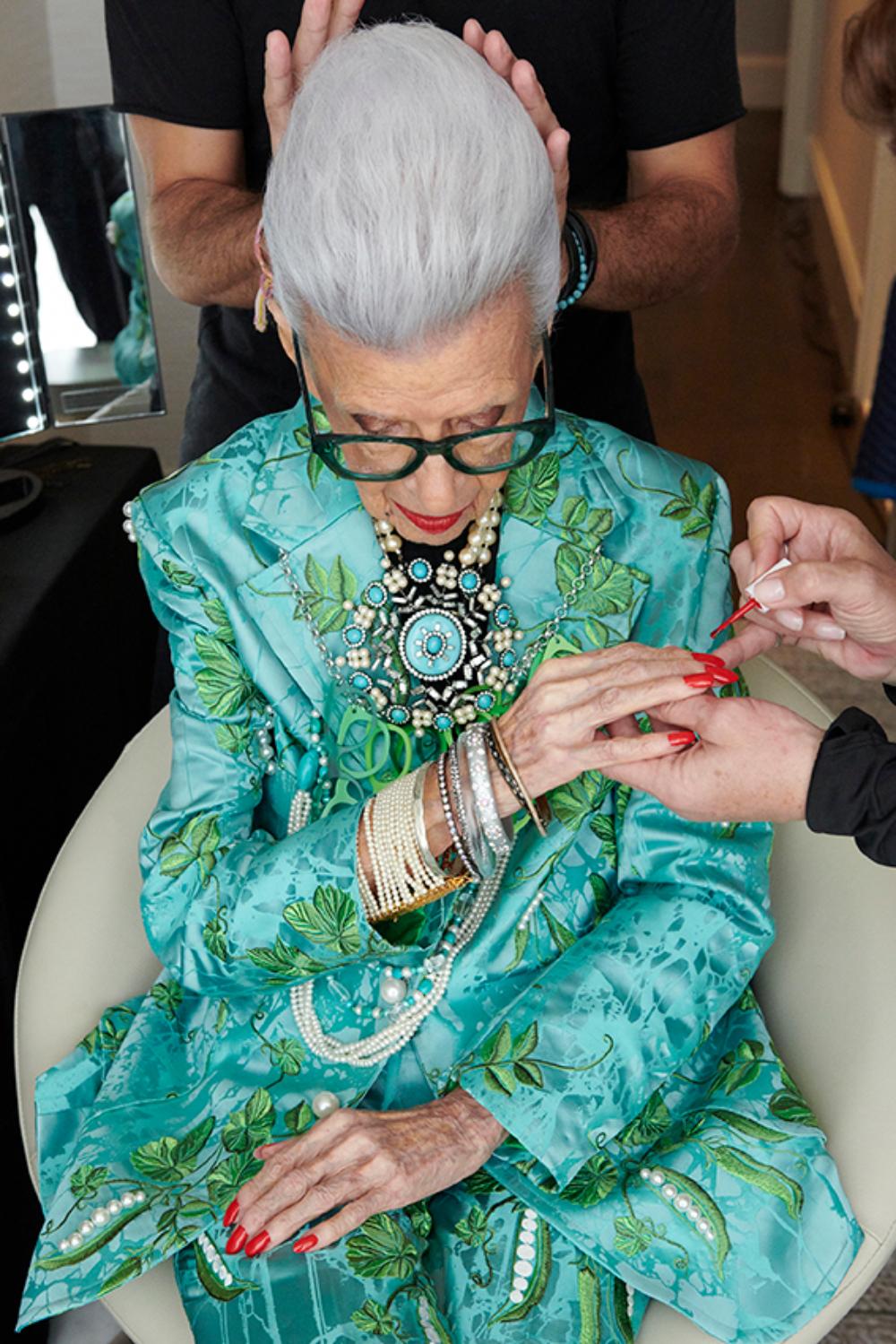 HM IRIS APFEL 2 1 H&M najavljuje saradnju sa modnom ikonom Iris Apfel u čast 100 godina njenog života i inspiracije