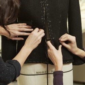 Modni zalogaji: Pravljenje legendarne crne jaknice Chanel