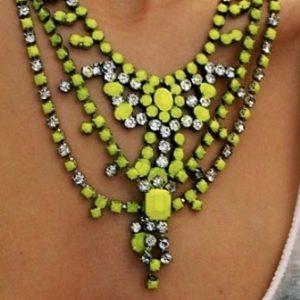 Razigrane i upadljive ogrlice za leto