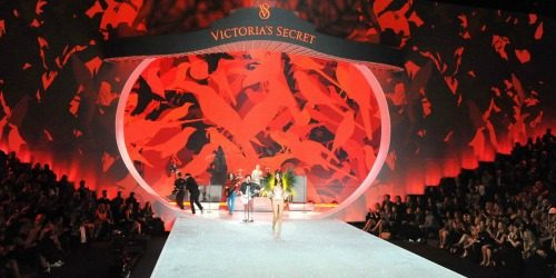 10 bizarnih i otkačenih odevnih kombinacija sa Victoria's Secret modnog spektakla
