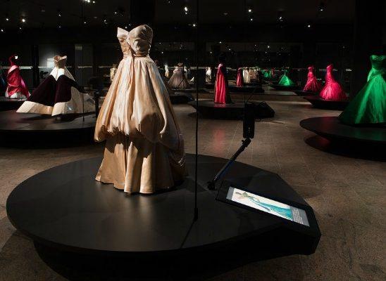 """Beyond Fashion"": Izložba toaleta Čarlsa Džejmsa"