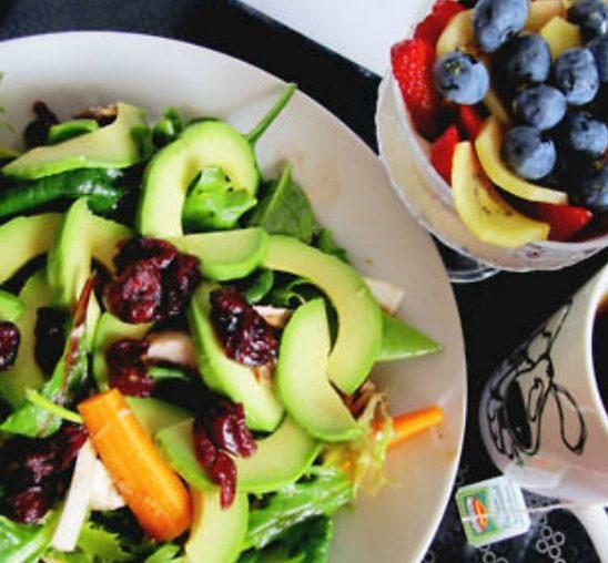 10 načina da se hranite zdravo i tokom izlaska
