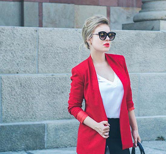 NINAMILAN: Crveni sako i bela bluza su must have